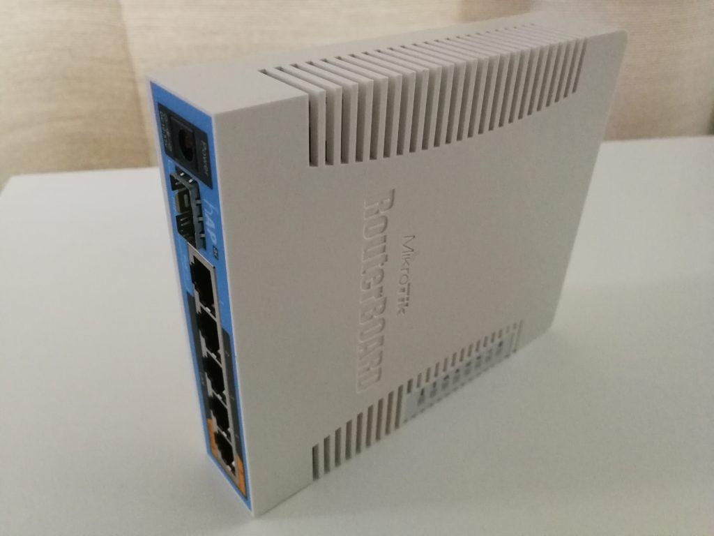 hAP AC - Nopea Dual-Band langaton tukiasema 5:llä Gigabit Ethernet-portilla ja yhdellä valokuituportilla. Lisäksi laitteessa on USB-porttikin.