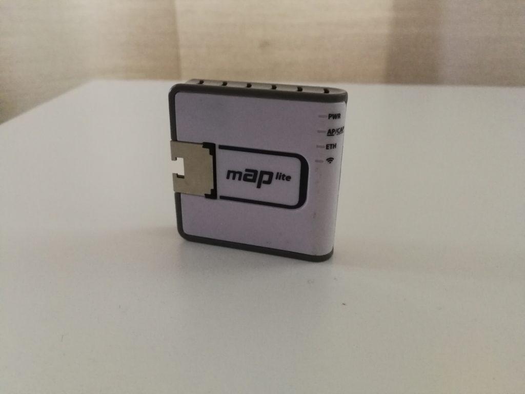 mAP Lite on pienin Mikrotik-reititin. Pienessä tukiasemassa löytyy yksi Ethernet-portti ja soveltuu hyvin matkalle mukaan.